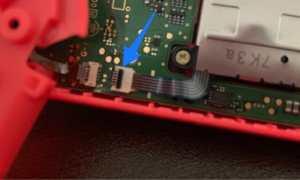 バッテリーケースをずらし、ツメを起こして配線を抜く