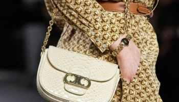 Pour les sacs printemps 2020 de Céline, Hedi Slimane se concentre sur son logo Triomphe