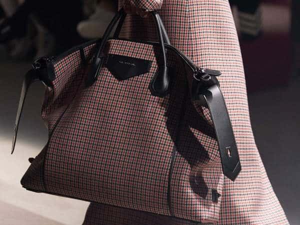 Givenchy choisit des matériaux non traditionnels pour sa collection automne 2020