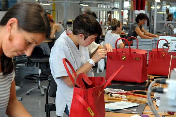 Les maroquiniers Hermès au travail