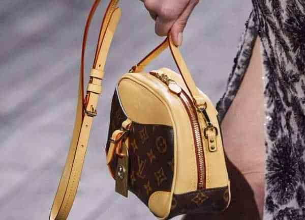 Les nouveaux sacs à monogramme volent la vedette au défilé automne 2020 de Louis Vuitton