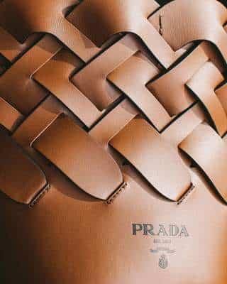 Détail du motif tissé du Prada cognac