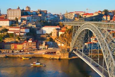 Quel sac à main pour Voyager : Skyline Porto avec le célèbre pont Dom Luis et les bateaux rabelo traditionnels sur la rivière Duoro. Portugal Porto, Portugal