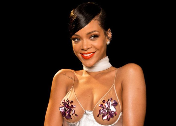 Rihanna modelo da sua linha de lingerie em… Látex