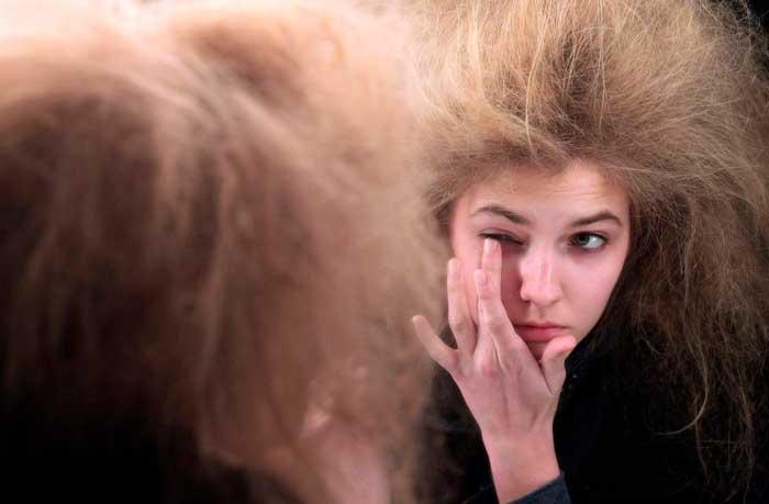 Sindrome-del-cabello-impeinable-Chica en espejo