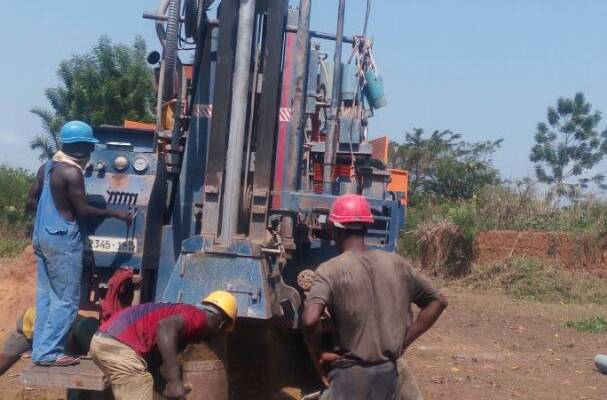 I lavori di scavo per realizzare un pozzo