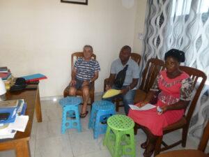 Ciro con l'assistente medio e l'ostetrica di Asrama in Togo