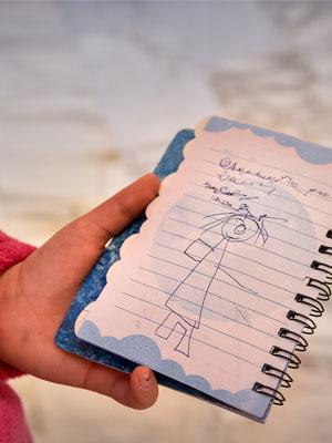 Il disegno di una bambina di un clown in corsia