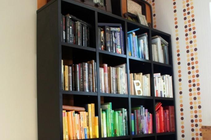 knygos-lentynoje-pagal-spalvas