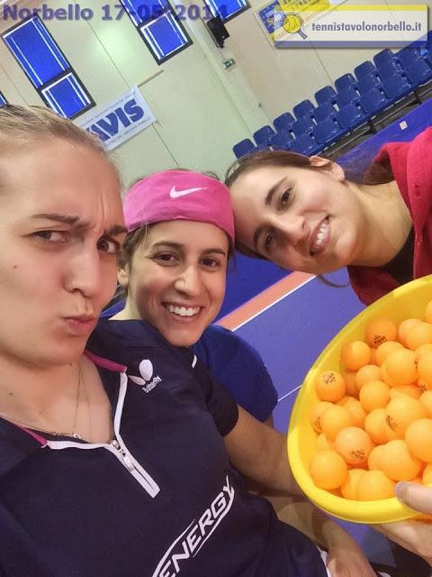 Niko, Marina e Angi scherzano durante gli allenamenti