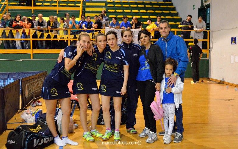 Foto di gruppo nel clan Tennistavolo Norbello con il presidente Carrucciu (Foto Marcello Trois)