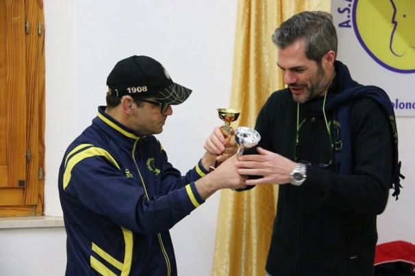 Il presidente Carrucciu si complimenta con Mauro Mereu (Foto Gianluca Piu)
