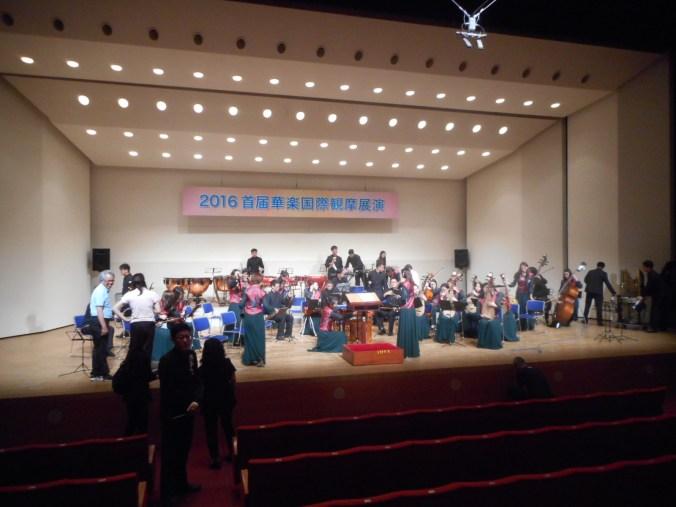 コンクール団体部門のリハーサル最後は、最多人数(39名)の北航学生民楽団(プログラム No.1 ) 「これで時間通りに開場・開演することができる」と、舞台裏メンバーはひとまず安堵。(7月23日 13:10頃)