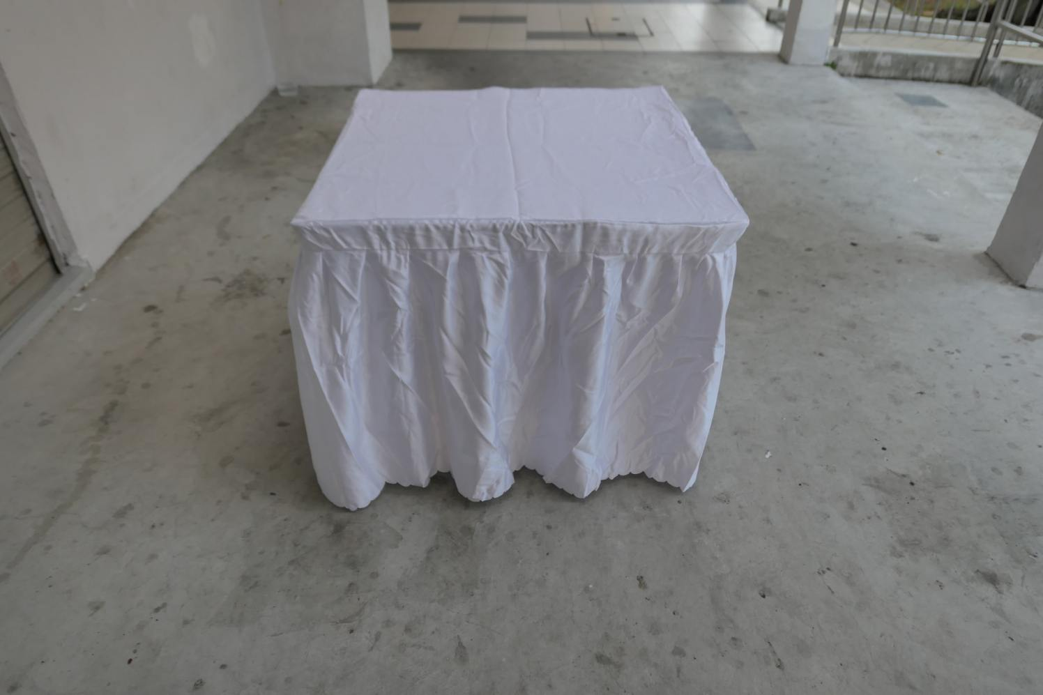 White table cloth for square table