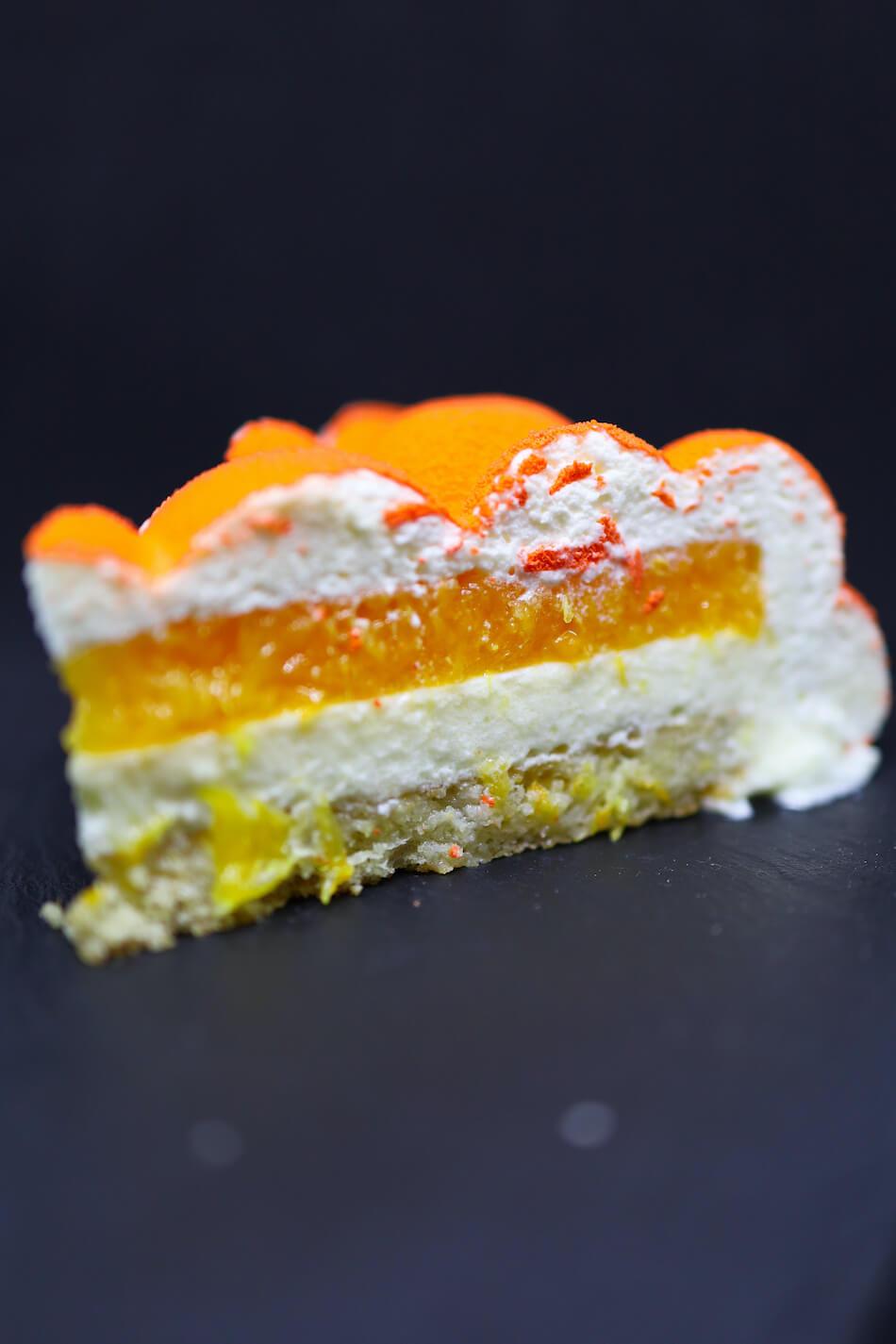 Une part d'entremets orange et  mousse amande