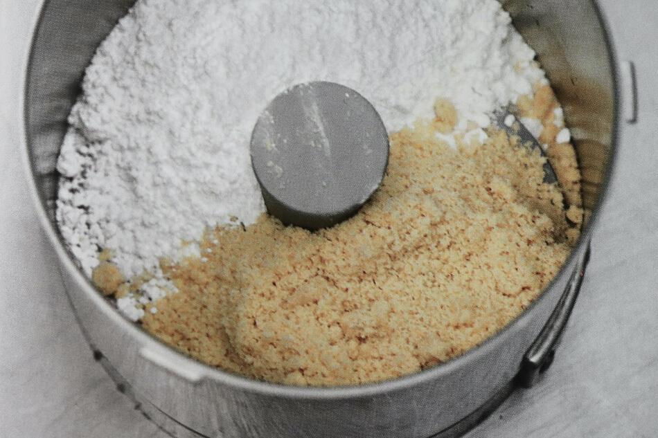 Pulveriser poudre d'amandes et sucre glace