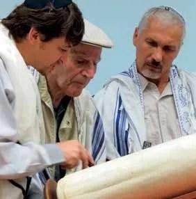 Vakif overseeing a Torah reading
