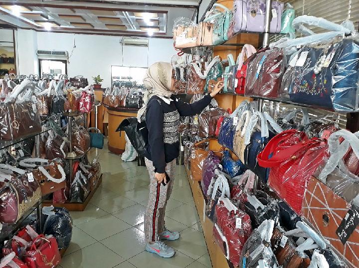 Pengunjung memilih tas kulit karya perajin Tanggulangin ... 971089ceaa