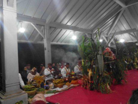 Para dukun masyarakat adat Tengger membawa sesaji untuk larung di kawah Gunung Bromo dalam ritual Yadnya Kasada (Terakota.id/ Eko Widianto)