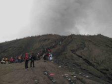 Wisatawan memenuhi bibir kawah Gunung Bromo selama puncak ritual Yadnya Kasada (Terakota.id/ Eko Widianto)