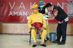 Divaksin Covid-19 Dosis Kedua, Gubernur Ganjar Pranowo Kenakan Baju Adat Riau