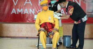 Ganjar Pranowo mengenakan pakaian adat Melayu Riau saat divaksin Covid-19 dosis kedua, Kamis (28/1/2021).