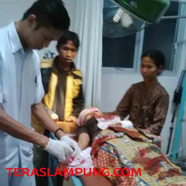 Yulia, korban keganasan komplotan begal di Lampung Utara sedang mendapat pertolongan medis Rumah Sakit Handayani, Kotabumi, Kamis (16/7/2015) malam.
