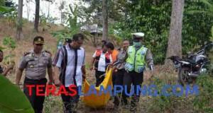 Petugas Inafis Polresta Bandarlampung mengevakuasi mayat perempuan yang sudah membusuk dari jurang di Sumur Putro, Bandarlampung, ke pemulasaraan jenazah di RSU Abdul Moeloek Bandarlampung, Rabu (30/9/2015).