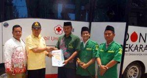 Ketua Peradah Way Kanan Gede Klpiz Darmaja menyerahakan penghargaan keberagaman untuk PC GP Ansor melalui Ketua PCNU KH Nur Huda