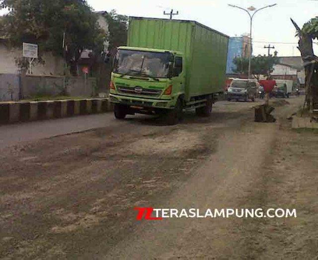 Truk melintas di Jalan Yos Sudarso Bandarlampung yang rusak parah.