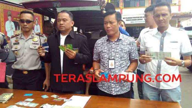 Kasat Reskrim Polresta Bandarlampung, Kompol Dery Agung Wijaya (tengah), menunjukkan barang bukti aksi kejahatan tersangka Nanda dan Fikri, Minggu (14/8/2016).