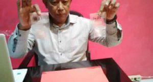 Kanit II Satresnarkoba Polres Lampung Utara, Djoko Susilo menunjukan barang bukti sabu yang akan diselundupkan ke dalam Rutan