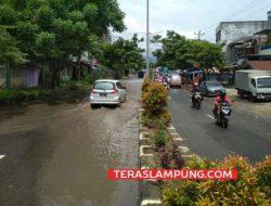 Hujan Semalam dan Drainase Mampat, Jalan Yos Sudarso Bandarlampung Dilanda Banjir