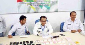 Kepala Badan Narkotika Nasional Provinsi (BNNP) Lampung, Brigjen Pol Tagam Sinaga (tengah) saat gelar ungkap kasus penangkapan empat pelaku jaringan bandar narkoba di Kantor BNNP Lampung, Telukbetung, Senin 19 Maret 2018.