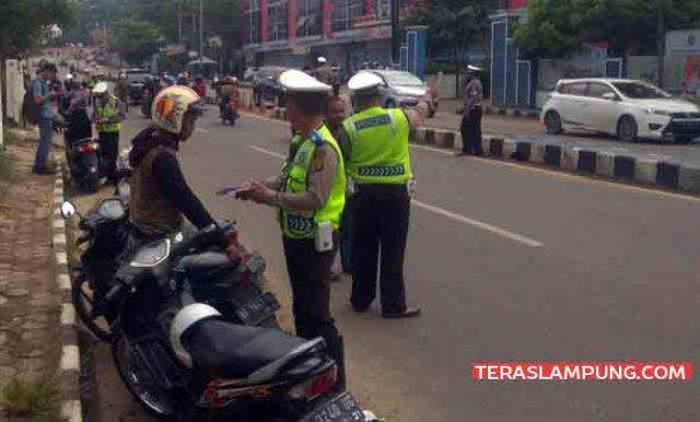 Polisi memeriksa surat-surat kendaraan pada Operasi Patuh Krakatau, Kamis (26/4/2018).
