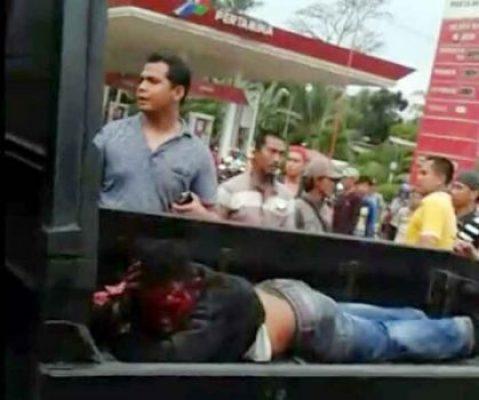 Kasat Reskrim Polres Lampung Selatan, AKP Effendi saat menangkap pelaku penusukan dan perampasan bernama Hakim di Jalan Raya Sidomulyo depan SPBU Sidomulyo, Lampung Selatan
