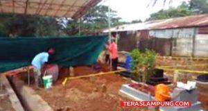 Pembongkaran makam Yogi Andika di TPU Umbul Senen belakang SDN 01 Perumahan Way Kandis, Tanjung Seneng, Bandarlampung,Kamis (12/4/2018).
