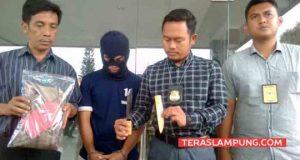 Kasat Reskrim Polresta Bandarlampung, Kompol Harto Agung Cahyono menunjukkan sebilah pisau garpu yang dipakai Yosef untuk menusuk korban debt collektor.