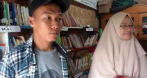 Deki Afrizal (30) yang bekerja sebagai Satpam yang kesehariannya juga sebagai pencari barang bekas (rongsokan) saat ditemui di perpustakaan Taman Baca Masyarakat (TBM) Kampung Merdeka di Jalan Dr Setia Budi, Kelurahan Kuripan, Telukbetung Barat yakni tepat berada di samping Kali Belau