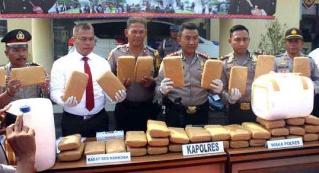 Kapolres Lampung Selatan, AKBP M Syarhan saat mengekspos hasil pengungkapan kasus penyelundupan 50 Kg ganja modus baru sindikat narkoba yang dimasukkan ke dalam jeriken. (foto humas Polres Lamsel)