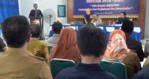 Wakil Ketua Bidang Organiasai PWI Lampung, Nizwar saat memberikan penghargaan kepada PWI Lampung Utara