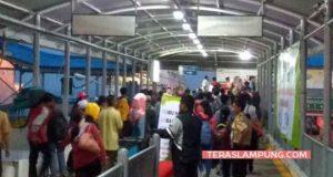Para pemudik dengan tujuan Pulau Sumatera tiba di Pelabuhan Bakauheni,Lampung Selatan, Rabu,13 Juni 2018 (Foto: Teraslampung.com/Zainal Asikin)