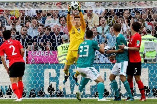 Penjaga gawang Korea Selatan, Jo Hyeon-woo, menyelamatkan gawangnya dari serangan para pemain Jerman (Foto: sports.ndtv.com)