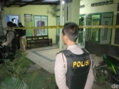 Penggerebekan terduga teroris di Blitar ,Jawa Timur, Rabu malam, 13 Juni 2018. (Foto: detik.com)
