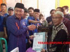 Ketua Partai Nasdem Lampung Utara, Agung Ilmu Mangkunegara menunjukkan bukti penerimaan pendaftaran bacaleg Partai Nasdem di KPU Lampung Utara, Senin (16/7/2018).