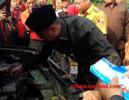 Bupati Agung Ilmu Mangkunegara memeriksa kondisi kendaraan dinas dalam apel kendaraan, Senin sore (31/7/2018)