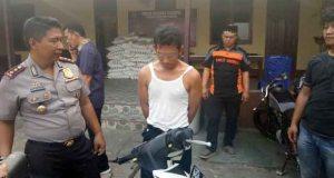 Kapolres Lampung Tengah, AKBP Slamet Wahyudi saat mengintrogasi tersangka Dedi Alis Deded (30), pelaku pembegalan dan seorang residivis kasus pencurian ternak.