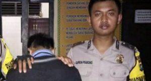 Tersangka EG (21), warga Pekon Teba, Kecamatan Kota Agung Timur, Tanggamus yang menjadi buronan (DPO) kasus jambret saat diamankan di Mapolsek Talang Padang.