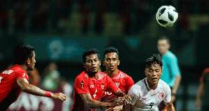 Zulfiandi mencoba menjaga pemain lawan saat Timnas U-23 Indonesia vs Hong Kong pada pertandingan Grup A Asian Games 2018 di Stadion Patriot Candrabhaga, 20 Agustus 2018.(Foto: tabloid bola)