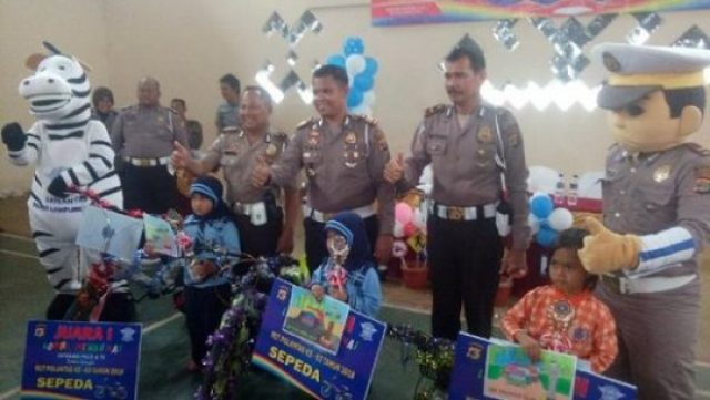 Kasat Lantas Polres Lampung Utara, AKP M. Yani berpose bersama dengan juara lomba mewarnai